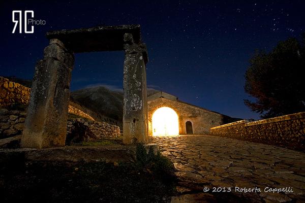 © 2013 Roberta Cappelli Appennino abruzzese, L'Aquila. Il vecchio non potrà mai impedire alla luce di trovare la strada per la vetta. Sotto il sorriso complice delle stelle.